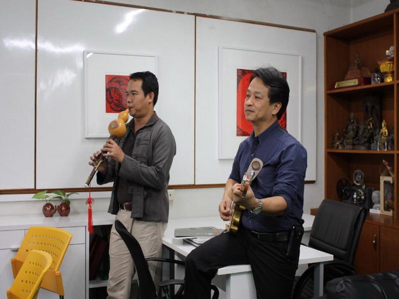 การฝึกซ้อมดนตรี เพื่อเตรียมความพร้อมก่อนการแสดงในงานเลี้ยงมุทิตาจิตแด่ผู้เกษียณอายุราชการ