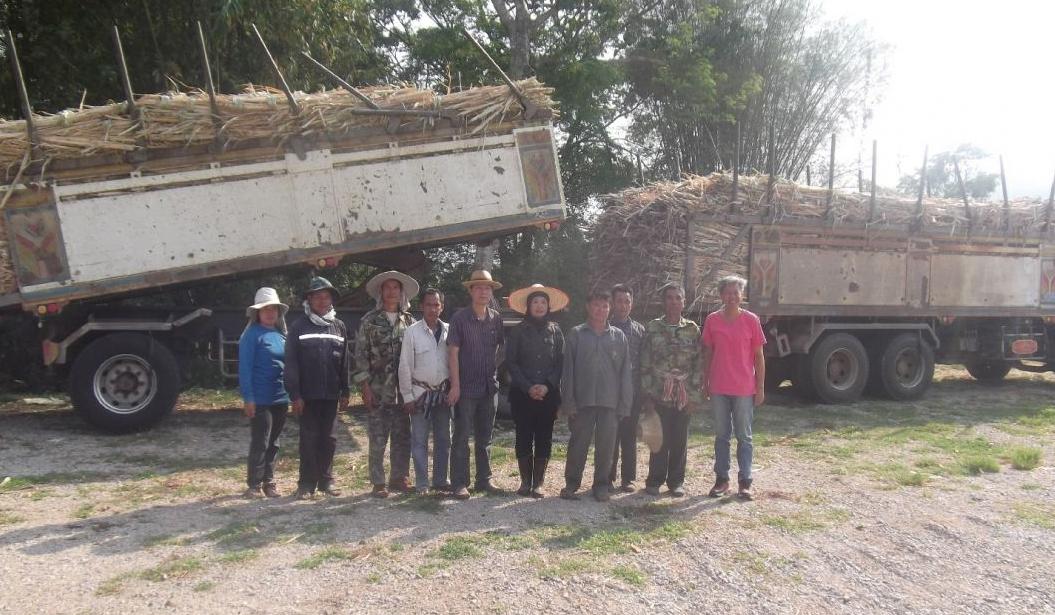 ทีมงานวิจัยโครงการพัฒนารูปแบบผลิตภัณฑ์จากอ้อยนำทีมกลุ่มเกษตรกรผู้ปลูกอ้อย บ้านสบจาง อ.แม่เมาะ จ.ลำปาง