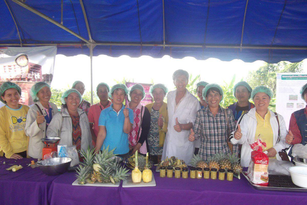 อาจารย์ มทร.ล้านนา ลำปางร่วมเป็นวิทยากรฝึกอบรมเชิงปฏิบัติการ การทำแยมสับปะรด ให้กับกลุ่มผู้ปลูกสับปะรดอินทรีย์ บ้านวังเลียบ