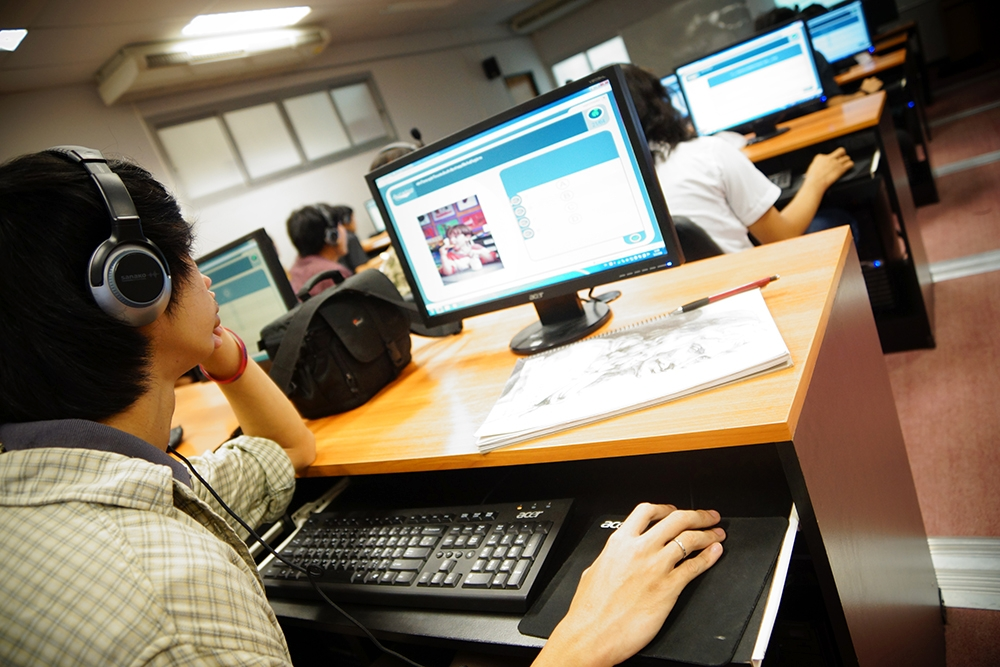 นักศึกษาฯ จิตกรรม ปี ๓ วัดผลทักษะภาษาอังกฤษ Tell Me More Online