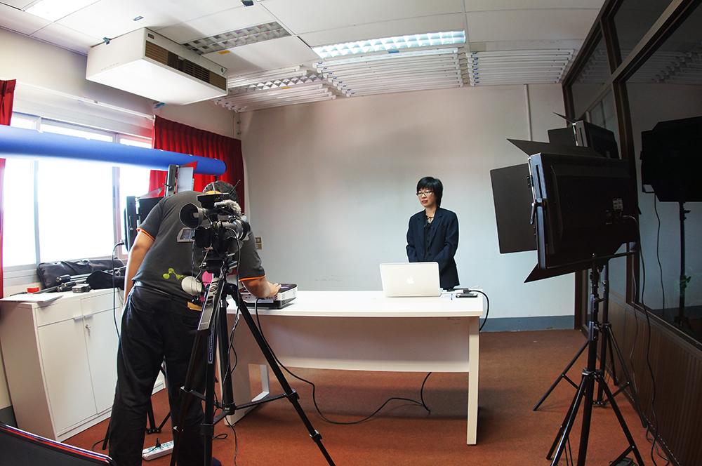 สำนักวิทยบริการฯ ให้บริการบันทึกวิดีโอนำเสนอวิทยานิพนธ์เพื่อเข้ารับรางวัลสภาวิจัยแห่งชาติ รางวัลวิทยานิพนธ์ประจำปี 2555