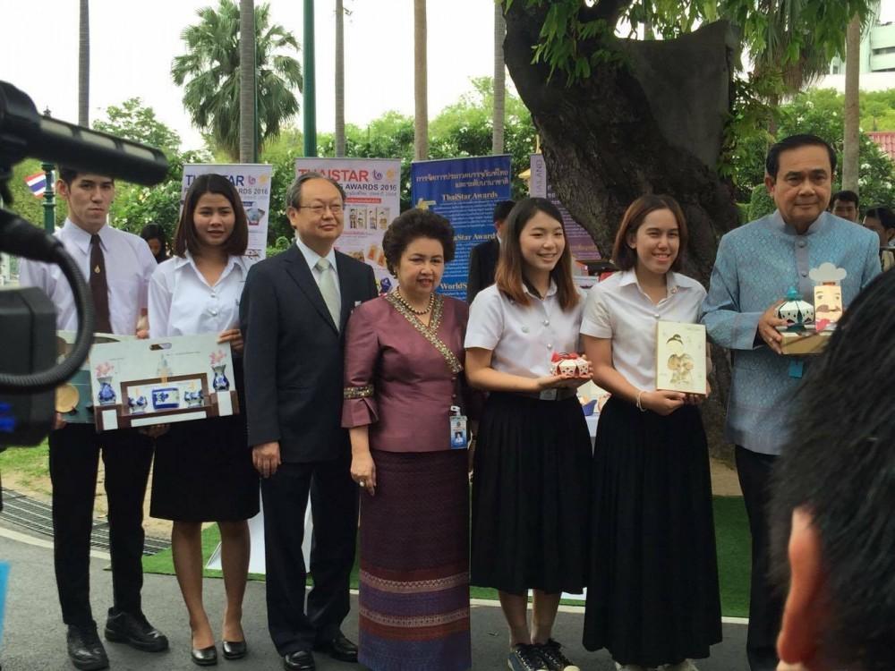 นักศึกษาวิชาเอกเทคโนโลยีบรรจุภัณฑ์ เจ้าของรางวัล ThaiStar/AsiaStar Packaging เข้านำเสนอผลงานการออกแบบต่อนายกรัฐมนตรีและคณะรัฐมนตรี