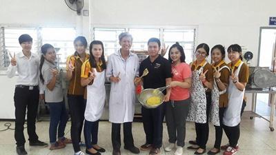 นักศึกษาสาขาวิชาการท่องเที่ยวและการโรงแรม และนักศึกษาสาขาวิชาบัญชีฝึกอบรมเชิงปฏิบัติการ การทำคัสตาร์ดนมสด