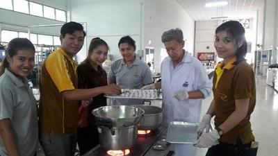 อาจารย์ มทร.ล้านนา ลำปาง เป็นวิทยากรฝึกอบรมเชิงปฏิบัติการ การทำขนมต้ม