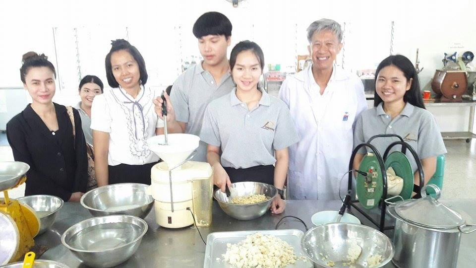 นศ.สาขาวิชาการท่องเที่ยวและการโรงแรม มทร.ล้านนา ลำปาง  ฝึกอบรมเชิงปฏิบัติการ การทำน้ำนมถั่วเหลือง