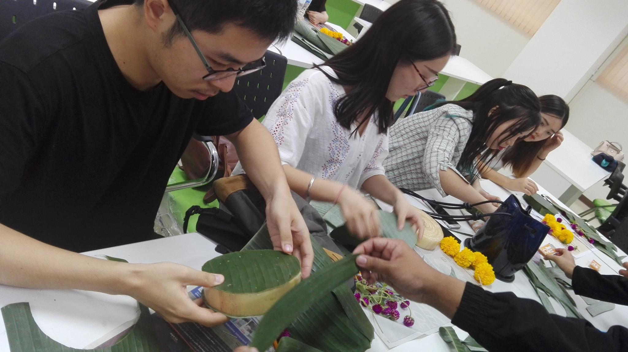 กิจกรรมสอนวิธีการทำกระทงแก่นักศึกษาแลกเปลี่ยนจาก CTBU และ CQUT