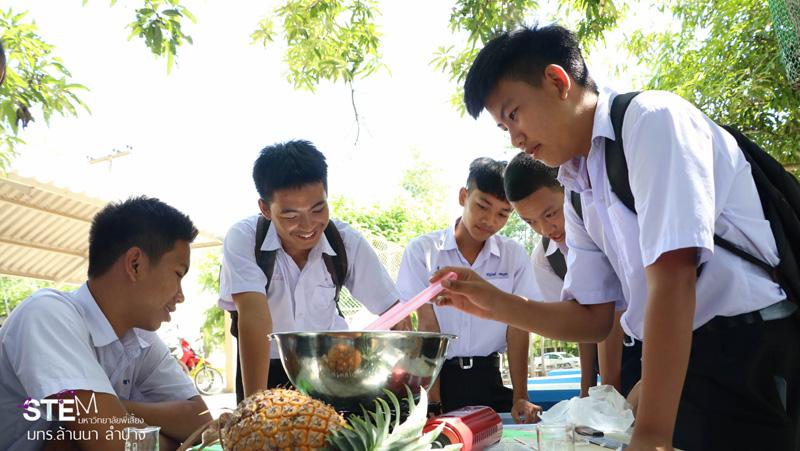 ทีมงาน  Stem Education  มทร.ล้านนา ลำปาง ลำปาง ถ่ายทอดเทคโนโลยีการทำสบู่จากสับปะรด แก่นักเรียนโรงเรียนเสริมงามวิทยาคม