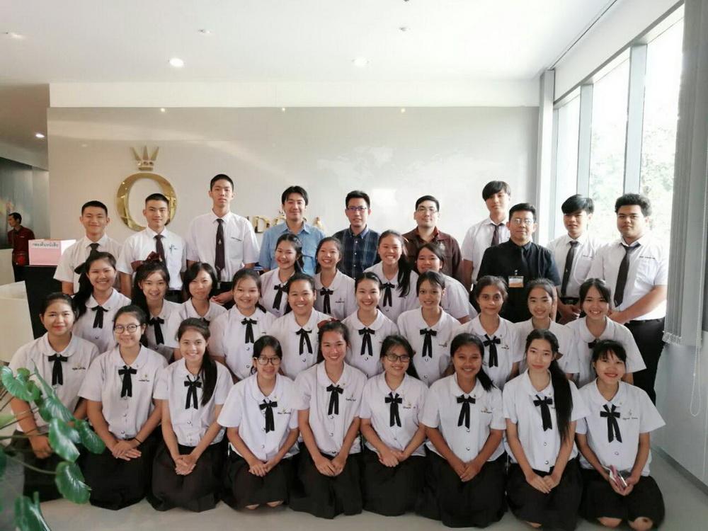 นักศึกษาหลักสูตรเตรียมบริหารธุรกิจ ชั้นปีที่ 2 ศึกษาดูงาน ที่ บริษัทแพนดอร่า โพรดักชั่น จำกัด สาขาลำพูน
