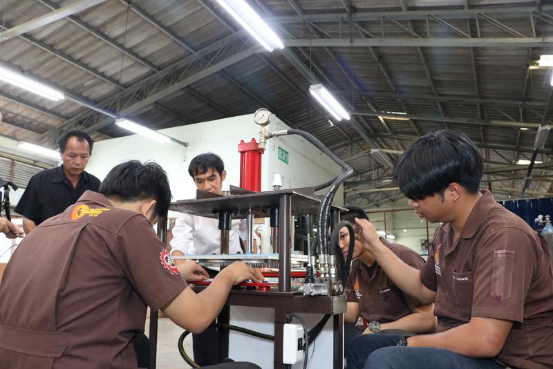 สาขาเทคโนโลยีอุตสาหการ มทร.ล้านนา ลำปาง สาธิตการใช้เครื่องเจาะรูหมวกคาวบอยแก่ผู้ประกอบการก่อนส่งมอบนำไปใช้ในวิสาหกิจชุมชน