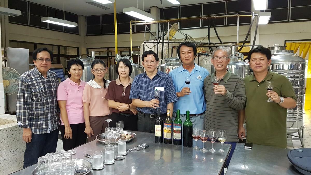 คณะกรรมการบริหารสมาคมผู้ผลิตไวน์ผลไม้และสุราพื้นบ้านไทยเข้าเยี่ยมชมการผลิตไวน์ผลไม้