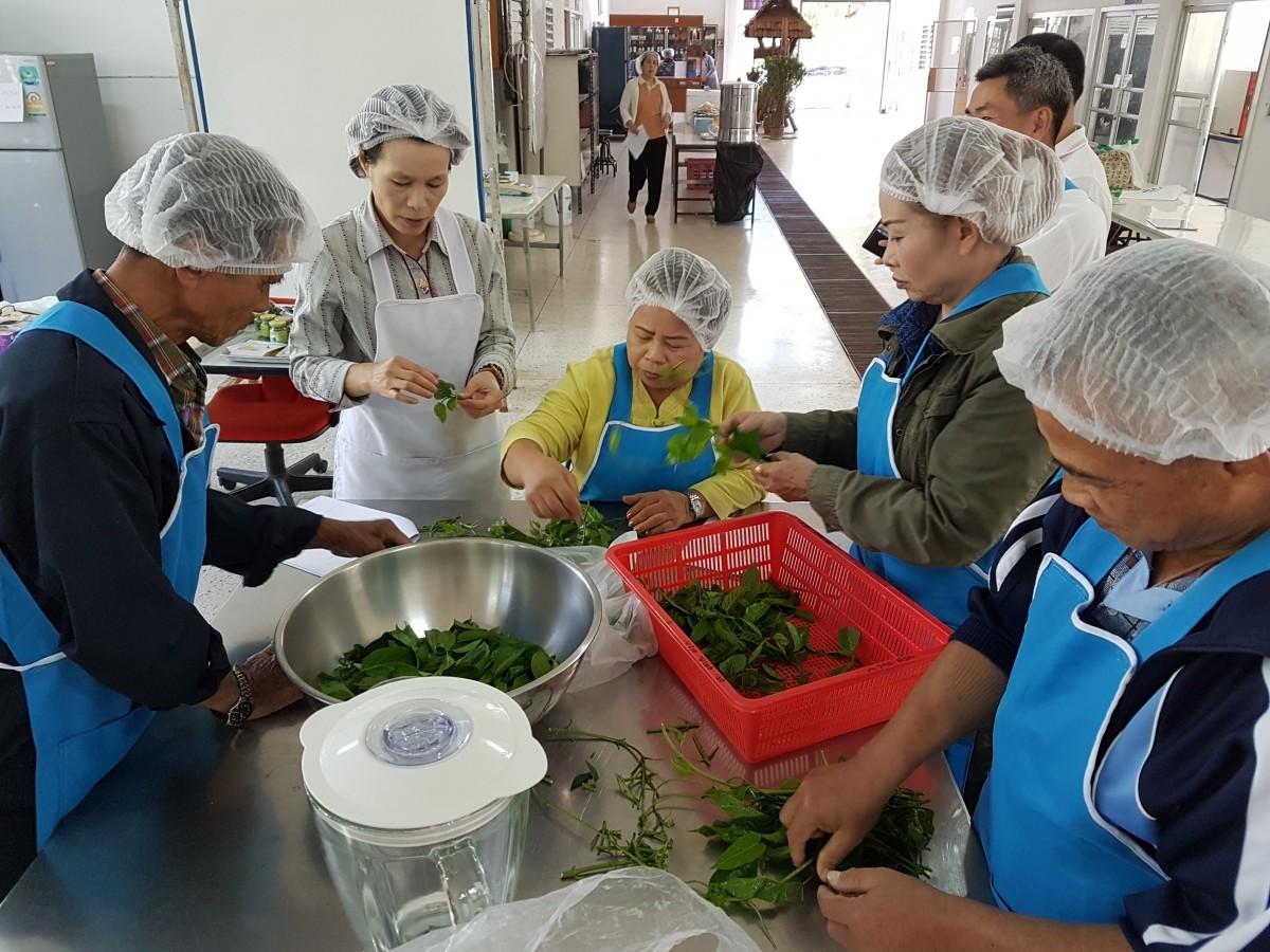 เทศบาลเมืองเขลางค์นครนำเกษตรกรเข้ารับการฝึกอบรมการแปรรูปผลผลิตทางการเกษตร