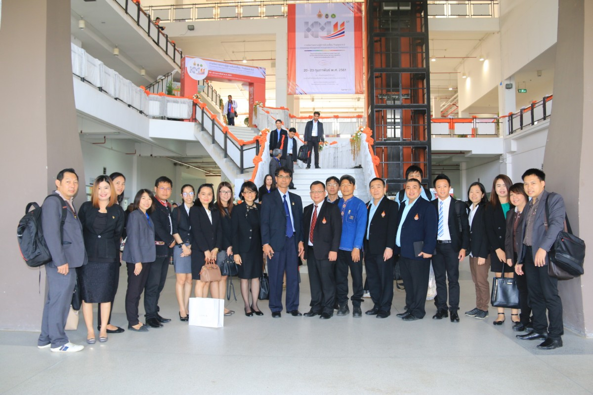 The executive and official staff of RMUTL participated seminar the knowledge management for driving Thailand 4.0 at RMUTI, Nakhon Ratchasima.