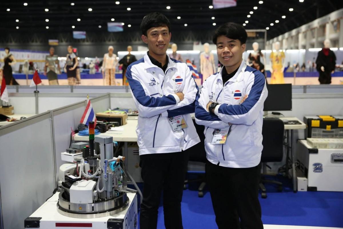"""สองหนุ่มวิศวกรรมไฟฟ้า คว้าเหรียญทองฝีมือแรงงานอาเซียน""""หุ่นยนต์เคลื่อนที่"""" ตีตั๋วเข้าแข่งขัน world skills ที่รัสเซียปลายปี 62"""