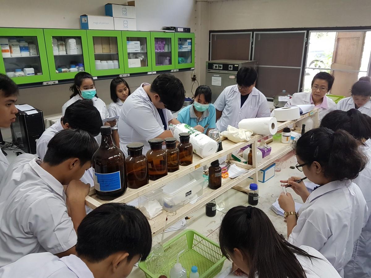 นักศึกษามหาวิทยาลัยสวนดุสิตนำนักศึกษาเข้าศึกษาดูงานด้านเคมีวิเคราะห์อาหาร