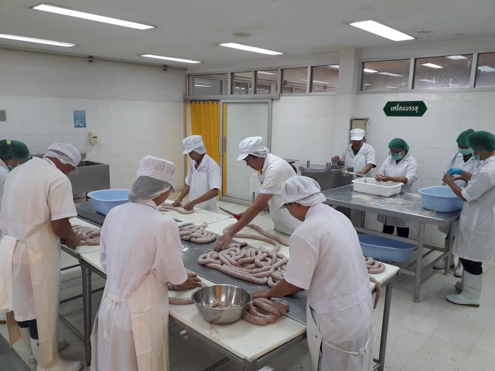 นักศึกษาหลักสูตรการผลิตและนวัตกรรมอาหาร เข้ารับการฝึกปฏิบัติการแปรรูปผลิตภัณฑ์เนื้อสัตว์ ณ ศูนย์วิจัยและพัฒนาผลิตภัณฑ์ปศุสัตว์เชียงใหม่