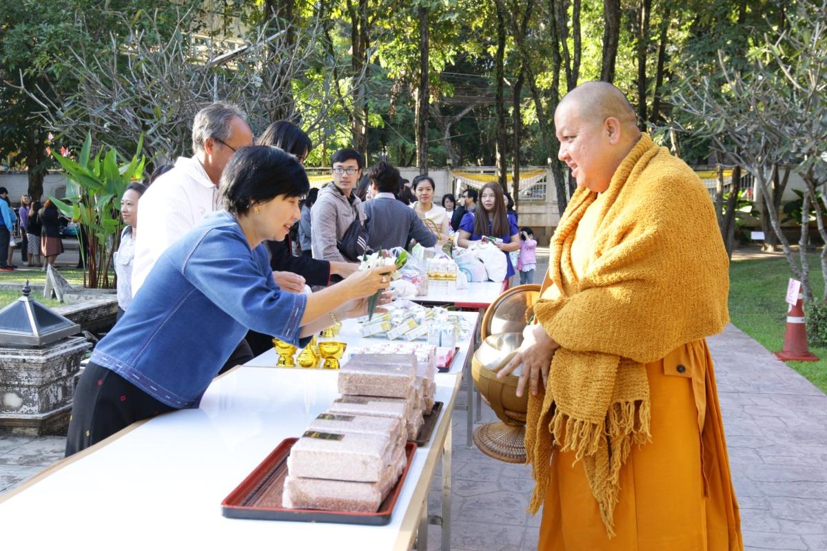 พิธีทำบุญตักบาตรเนื่องในเทศกาลส่งท้ายปีเก่าต้อนรับปีใหม่ และถวายเป็นพระราชกุศล
