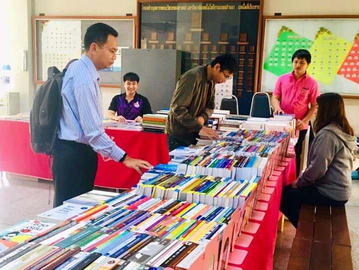 บรรยากาศการจัดแสดงรายการหนังสือ ของศูนย์หนังสือจุฬาฯ  วันที่  27 กุมภาพันธ์ 2562 ณ ข้างห้องสำนักงานคณะวิศวกรรมศาสตร์