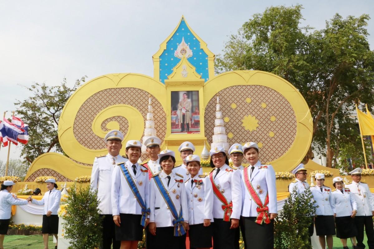 คณาจารย์ มทร.ล้านนา ลำปาง ร่วมพิธีเปิดกรวยถวายราชสักการะเบื้องหน้าพระบรมฉายาลักษณ์พระบาทสมเด็จพระเจ้าอยู่หัว และและร่วมรับชมการถ่ายทอดสดของโทรทัศน์รวมการเฉพาะกิจแห่งประเทศไทย