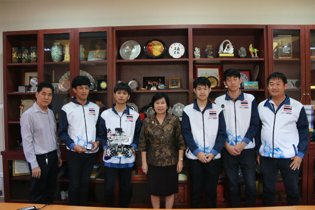 Team Love Father 3000 , the representatives Thailand meets the President of Rajamangala University of Technology Lanna.
