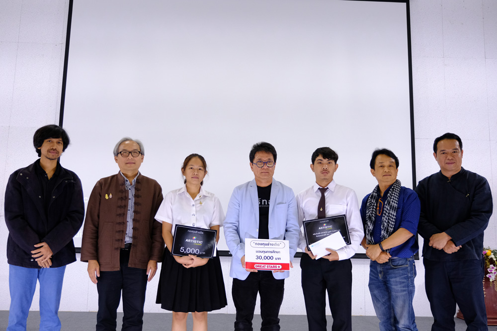 Aj. Thongchai Srisukprasert grant the Art Thesis scholarship to visual arts students from the fund