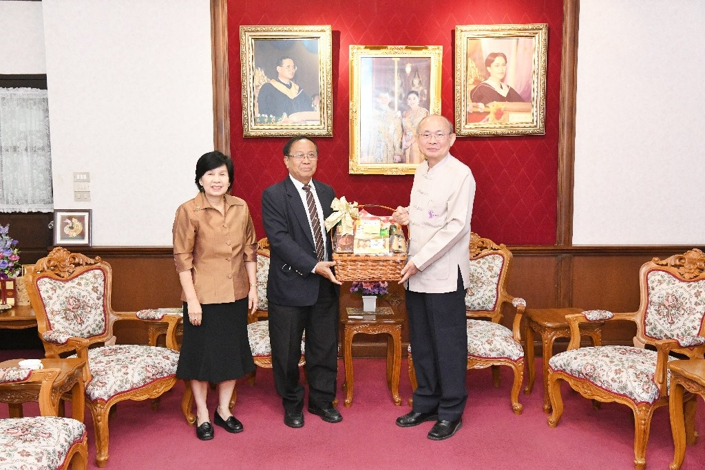 The executive of RMUTL, gives a new year greeting basket for the president of Chiang Mai University and discusses the graduation ceremony