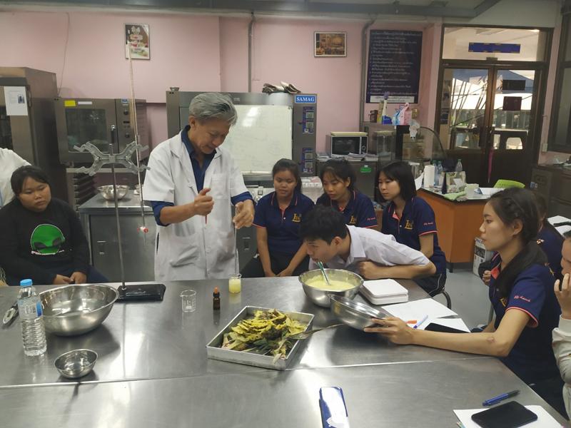 อาจารย์ มทร.ล้านนา ลำปาง เป็นวิทยากรอบรมการแปรรูปการทำน้ำสับปะรดแก่นักศึกษาอาชีวศึกษาลำปาง