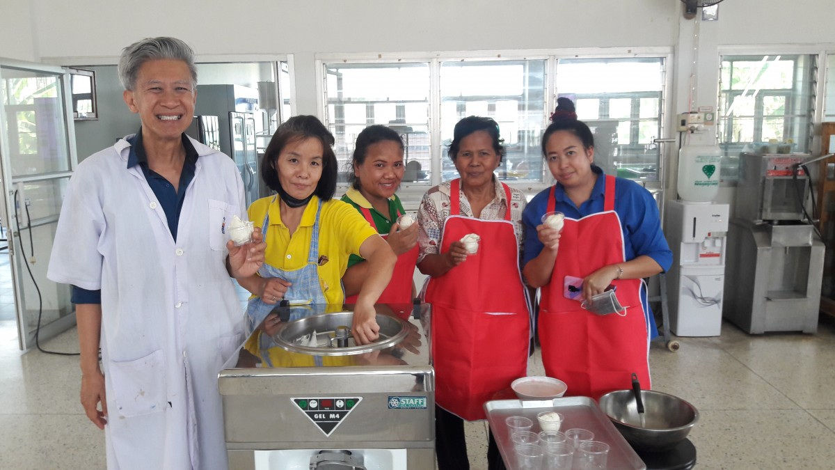 อาจารย์ มทร.ล้านนา ลำปาง เป็นวิทยากรถ่ายทอดองค์ความรู้การทำไอศกรีมน้ำอ้อย แก่ผู้ประกอบการ