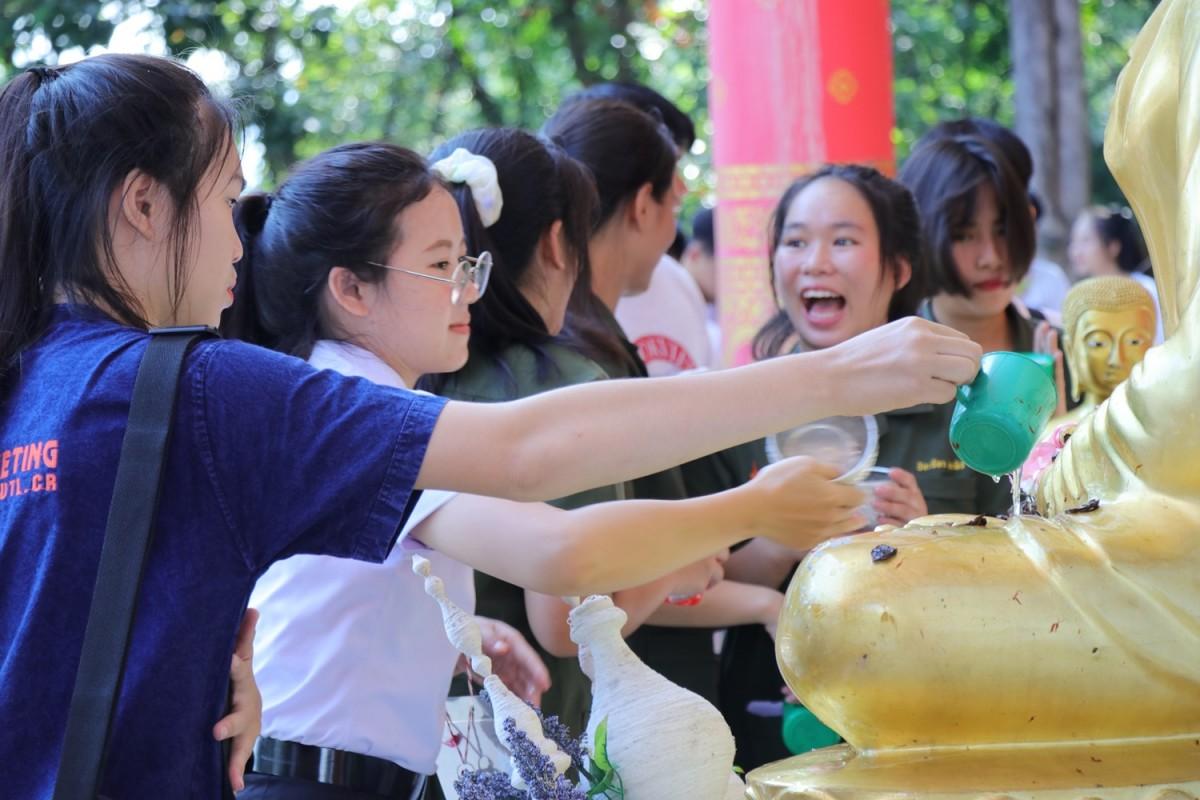 มทร.ล้านนา เชียงราย จัดพิธีทรงน้ำพระเจ้าทันใจ เพื่อเสริมสิริมงคลให้กับนักศึกษาใหม่ ปีการศึกษา 2563