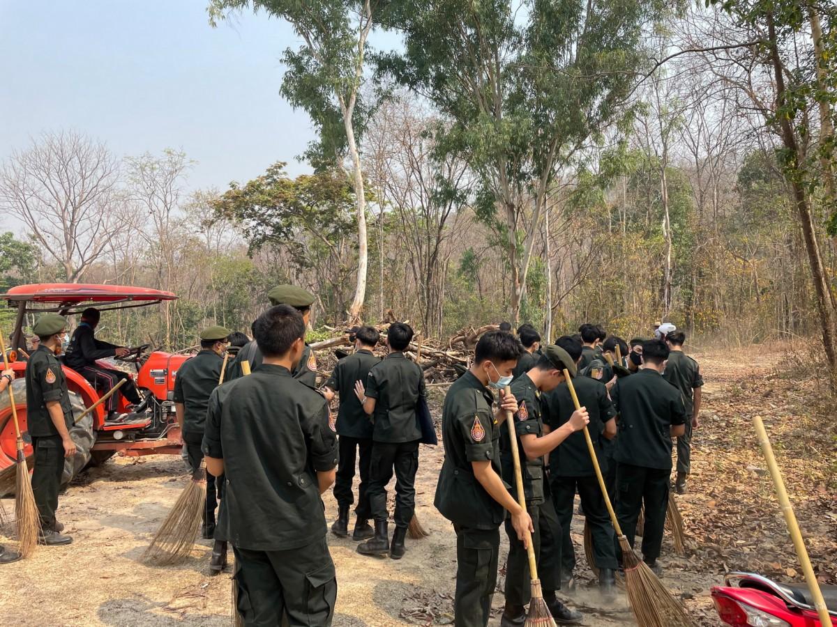 นักศึกษาวิชาทหารร่วมกันจัดทำแนวเขตป้องกันไฟป่า ณ พื้นที่ มทร.ล้านนา ดอยสะเก็ด