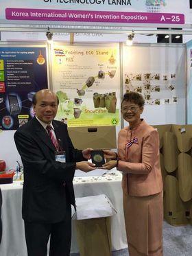 รูปภาพ : ผศ.เยาวนาถ นรินทร์สรศักดิ์ อาจารย์หลักสูตรเทคโนโลยีการพิมพ์และบรรจุภัณฑ์ สาขาเทคโนโลยีศิลป์ คณะศิลปกรรมและสถาปัตยกรรมศาสตร์ มทร.ล้านนา ได้รับรางวัล Bronze Award จากสมาคม Korea International Women's Invention Exposition (KIWIE)