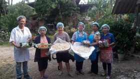 รูปภาพ : อาจารย์ มทร.ล้านนา ลำปาง ฝึกอบรมเชิงปฏิบัติการ การทำข้าวเกรียบเห็ด ให้แก่กลุ่มสตรี