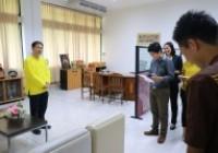 รูปภาพ : ผู้ช่วยอธิการบดี มอบรางวัลแก่นักศึกษาที่ได้รับรางวัลจากการส่งคลิกวีดิโอเข้าประกวด หัวข้อ ราชมงคลเชียงราย มหาวิทยาลัยแห่งความสุข