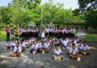 รูปภาพ : นักศึกษาบัญชีมอบสิ่งของแก่นักเรียนโรงเรียนบ้านหนองกระโห้