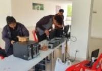 รูปภาพ : นักศึกษาและคณาจารย์หลักสูตรวิทยาการคอมพิวเตอร์ มทร.ล้านนา น่าน ตรวจสอบคอมพิวเตอร์ก่อนติดตั้งในโรงเรียนห่างไกล