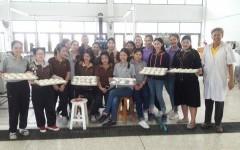 นักศึกษาการท่องที่ยวและการโรงแรมฝึกอบรมเชิงปฏิบัติการ การทำซาลาเปา