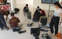 นักศึกษาและคณาจารย์หลักสูตรวิทยาการคอมพิวเตอร์ มทร.ล้านนา น่าน ตรวจสอบคอมพิวเตอร์ก่อนติดตั้งในโรงเรียนห่างไกล