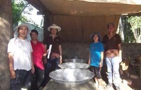 รูปภาพ : ทีมงานวิจัย มทร.ล้านา ลำปาง นำทีมสร้างเตาต้มน้ำอ้อย ให้กับกลุ่มเกษตรกรผู้ปลูกอ้อย บ้านสบจาง อำเภอแม่เมาะ จังหวัดลำปาง