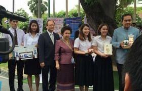 รูปภาพ : นักศึกษาวิชาเอกเทคโนโลยีบรรจุภัณฑ์ เจ้าของรางวัล ThaiStar/AsiaStar Packaging เข้านำเสนอผลงานการออกแบบต่อนายกรัฐมนตรีและคณะรัฐมนตรี
