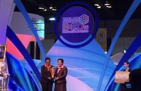รูปภาพ : มหาวิทยาลัยเทคโนโลยีราชมงคลล้านนา ได้รับรางวัล Gold Award ถ้วยรางวัลจาก นายกรัฐมนตรี (พลเอกประยุทธ์ จันทร์โอชา)