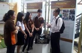 รูปภาพ : คณาจารย์และนักศึกษาวิทยาลัยเทคโนโลยีและสหวิทยาการ เข้าร่วมนิทรรศการในงานประชุมวิชาการวิจัยและนวัตกรรมสร้างสรรค์ ครั้งที่ 3