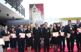 รูปภาพ : คณาจารย์และนักศึกษา มทร.ล้านนา ลำปาง เข้ารับรางวัลเชิดชูเกียรติ ปีการศึกษา 2559