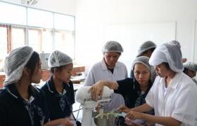 รูปภาพ : สาขาอุตสาหกรรมเกษตร มทร.ล้านนา ลำปาง เปิดบ้านเป็นแหล่งเรียนรู้อบรมเชิงปฏิบัติการผลิตภัณฑ์คุ้กกี้และเค้กแก่นักเรียน ม.5