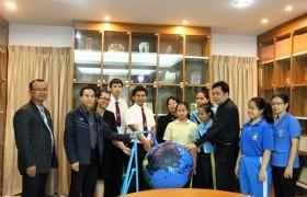 รูปภาพ : ดร.ยุพดี  หัตถสิน นำทีมนักศึกษาส่งมอบสื่อ รร.สอนคนตาบอด