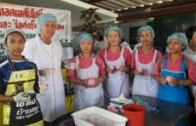 รูปภาพ : อาจารย์ มทร.ล้านนา ลำปาง เป็นวิทยากรฝึกอบรมการทำไอศกรีมข้าวไรซ์เบอร์