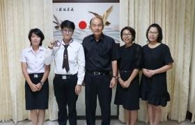 รูปภาพ : นักศึกษารางวัลรองชนะเลิศอันดับ 2 การแข่งขัน ICDL แห่งประเทศไทย เข้าพบรองอธิการบดี รายงานผลการแข่งขันพร้อมรับฟังโอวาท