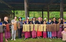 รูปภาพ : ผศ.ดวงพร จัดโครงการย้อมผ้าด้วยสีธรรมชาติเพิ่มมูลค่าผ้าปกาเกอะญอ
