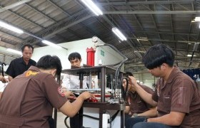 รูปภาพ : สาขาเทคโนโลยีอุตสาหการ มทร.ล้านนา ลำปาง สาธิตการใช้เครื่องเจาะรูหมวกคาวบอยแก่ผู้ประกอบการก่อนส่งมอบนำไปใช้ในวิสาหกิจชุมชน