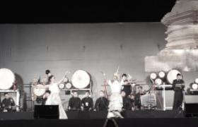 รูปภาพ : การแสดงรำลึกในพระมหากรุณาธิคุณฯ ในหลวงรัชกาลที่ ๙ พิธีถวายดอกไม้จันทน์ (มทร.ล้านนา)