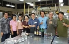 รูปภาพ : คณะกรรมการบริหารสมาคมผู้ผลิตไวน์ผลไม้และสุราพื้นบ้านไทยเข้าเยี่ยมชมการผลิตไวน์ผลไม้