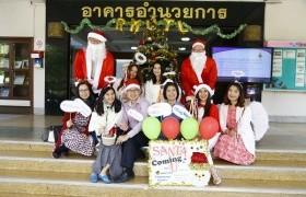 รูปภาพ : SANTA is Coming to U(niversiy)  ศูนย์ภาษาพาซานตาครอสแจกของขวัญวันคริสต์มาส